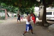 Cuatro promesas del boxeo en Montería entrenan debajo de los árboles ubicados en las afueras de la Estación del Cuerpo de Bomberos. Ellos esperan que el coliseo sea reabierto pronto.