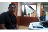 Salvador Adame, periodista asesinado, en una cabina de radio.