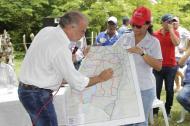 El gobernador Eduardo Verano muestra en un mapa del Atlántico la nueva vía.