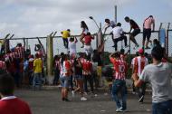 Muchos hinchas abrieron y se volaron las mallas del parqueadero del estadio.