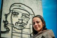 El politólogo Ernesto Yamhure reveló tres fotos donde se ve a los negociadores de la guerrilla haciendo turismo en la capital cubana. En la foto: Tanja Nijmeijer en la plaza de la revolución.