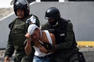 Miembros de la Guardia Bolivariana arrestan a un manifestante.