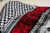 Pieza moderna llamada Kufiye o hatta que cuenta con una intervención de bordado.Cesar bolívar y cortesía