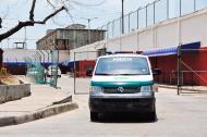 Un vehículo de la Policía Nacional saliendo del establecimiento carcelario.