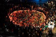 Con flores, globos y carteles, la gente rinde homenaje a las víctimas del atentado, dos días después del hecho, en el bulevar Las Ramblas de Barcelona.