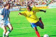 Sensini marcando a Faustino Asprilla en el juego Colombia 0 - Argentina 1, en 1997 en Barranquilla.