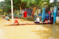 Cinco niños del colegio David Sánchez Julio son transportados en canoa por su docente y una madre de familia, para salir de la institución educativa.