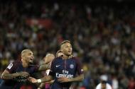 Neymar festeja su gol con Kurzawa. El brasileño concedió un concierto de 'jogo bonito'.