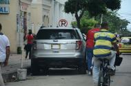 Cerca a las instalaciones de la URI de la Fiscalía, a diario se parquean decenas de vehículos que ocultan los números de sus placas para no ser sancionados.