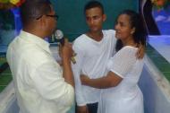 Mary Luz Escorcia abraza a su hijo Fernando Antonio en medio de una actividad. Hoy el joven permanece en cuidados intensivos con graves quemaduras.