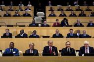 El secretario general de la ONU, Antonio Guterres (C L), y el presidente Donald Trump (C), posan con otros representantes de la ONU.