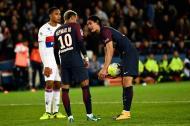 Cavani y Neymar discuten por el cobro de un penal.