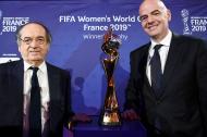 Infantino (d) posa con el trofeo del Mundial Femenino.