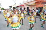 Una de las comparsas que bailó durante el desfile 'Un río de gente'.