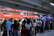 Viajeros esperan ser atendidos en la zona de check-in de Avianca en el aeropuerto Ernesto Cortissoz.