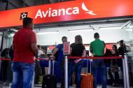 Un grupo de pasajeros hace fila para pedir el dinero de sus tiquetes en una de las oficinas de Avianca.