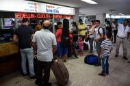 Pasajeros hacen fila para comprar sus tiquetes.