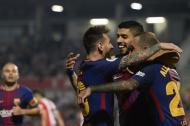 Lionel Messi, Luis Suárez y Aleix Vidal celebran un gol del Barcelona ante el Girona.