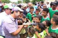 El alcalde Alejandro Char saluda a un grupo de niños.