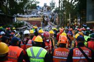 Rescatistas permanecen en el centro de la calle en Ciudad de México luego del temblor de 6,1 grados que sacudió al país este sábado.