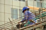 Trabajador en un edificio en construcción colocando las barras de acero.