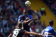 Duván Zapata supera a Cristian Zapata en una pelota aérea, durante el juego que Sampdoria le ganó 2-0 al AC Milan.