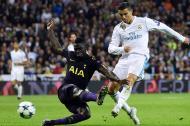 Cristiano Ronaldo remata al arco ante la marca de Dávinson Sánchez.