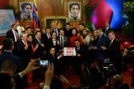 El presidente Maduro con los nuevos gobernadores elegidos en la jornada del domingo.