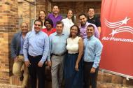 La gerente de Air Panama, Catalina Mena, junto al grupo de hoteleros que participó en la reunión.
