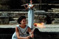 La actriz Katerina Lechou, interpretando a la suma sacerdotisa, sostiene la llama olímpica en el Templo de Hera durante un ensayo de la ceremonia previo al encendido de la llama olímpica.