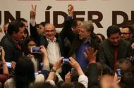 Humberto de la Calle cuando celebraba anoche los resultados de la consulta liberal de la mano de Antanas Mockus, quien días antes le había manifestado su apoyo. Numerosas personas.
