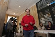Juan Fernando Cristo al momento de depositar su voto este domingo.