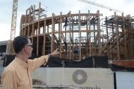 El periodista Edgardo Payares señala parte de la edificación de La Serrezuela.