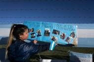 Malvina Vallejos, hermana del tripulante del submarino desaparecido Celso Óscar Vallejos, cuelga un mensaje de apoyo para los 44 tripulantes desaparecidos.