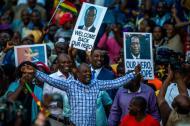 La gente continúa celebrando la caída de Mugabe.
