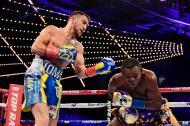 El ucraniano Vasyl Lomachenko retuvo fácilmente su título súper mosca de la Organización Mundial de Boxeo (OMB).