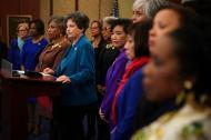 Lois Frankel, frente al atrio, acompañada de varias congresistas demócratas.