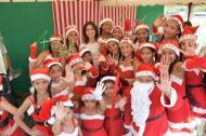 La primera dama del Distrito, Katia Nule de Char, posó con algunos de los niños que recibieron sus aguinaldos.