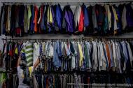 Una mujer rebusca entre los percheros de ropa de segunda mano, en uno de los locales de la calle 30 entre carreras 38 y 40.