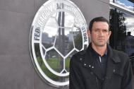 El técnico Arturo Reyes posa en la sede de la FCF.