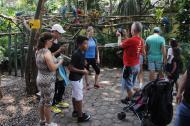 Turistas disfrutan de la naturaleza en Cartagena.