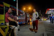 Con la mirada fija y con las manos en sus bolsillos, Carlos Mendoza, espera de pie el bus de Ponedera.