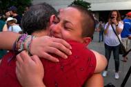 Emma González llora junto a otra compañera de la escuela de Parkland, Florida.