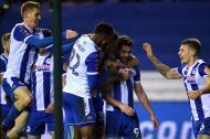 Los jugadores del Wigan felicitan a Will Grigg.