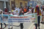 Los docentes protestaron frente a la sede de la Gobernación.
