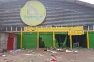 Aspecto de un supermercado de presuntos testaferros de las Farc luego de haber sido saqueado.