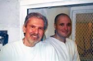 Kent Whitaker y su hijo Bart durante una visita a la prisión de Bart en Polunsky, Texas, en octubre de 2016.