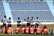 El técnico barranquillero Alexis Mendoza les da indicaciones a sus dirigidos, en una práctica realizada en el estadio Metropolitano Roberto Meléndez.