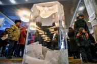 Votantes caminan en el centro cultural ZIL de Moscú durante las elecciones presidenciales de este domingo en Rusia.