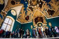 Votantes aguardan dentro de la terminal ferroviaria de Kazansky de Moscú durante las elecciones presidenciales de Rusia.